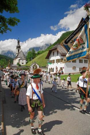 Trachtenumzug im Dorf von Ramsau - mit Kirche