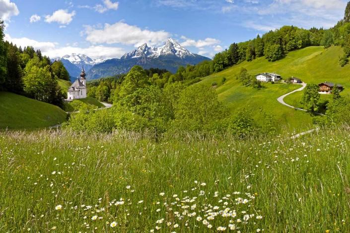 Maria Gern im Sommer mit Blick zum Watzmann